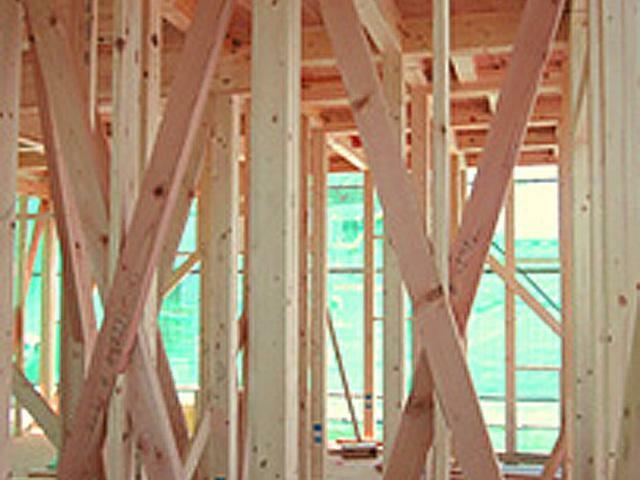 高温多湿な日本の風土に最適な「木造軸組み工法」。土台、柱、梁などの住宅の骨格を木の軸で造る工法で、1000年以上にわたり、改良・発達を繰り返してきた伝統的な工法です。