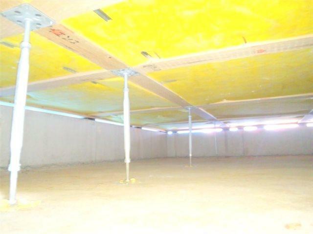 腐食に強い「鋼製床束」。サビやシロアリを寄せ付けない床束で頑丈な構造を支えます。長期間の使用でも痩せず、腐らず、メンテナンス性にも優れた素材です。