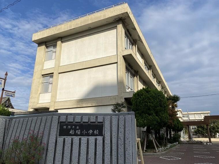小学校 徒歩14分(約1080m)です。姫路駅と姫路城を南北に結び、正三角形を描くと西側の頂点に位置しています。新旧の活気と落ち着きが調和している学校です。