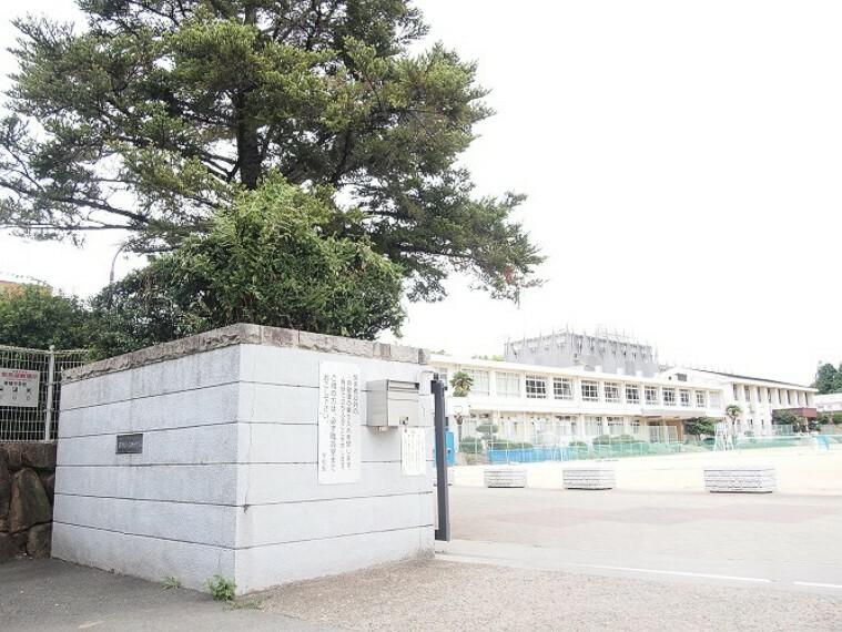 中学校 徒歩13分(約1020m)です。姫路市の中心街に隣接します。生徒数は300人前後、各学年3クラス。普通教室はエアコン完備で、授業に集中できる環境です。