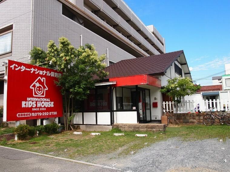 幼稚園・保育園 徒歩6分(約460m)です。キッズハウスは、バイリンガルを育てるインターナショナル保育園です。「勉強」と「遊び」のバランスを大切にしています。日本の文化・マナーも教育の一つとして大切にしています。