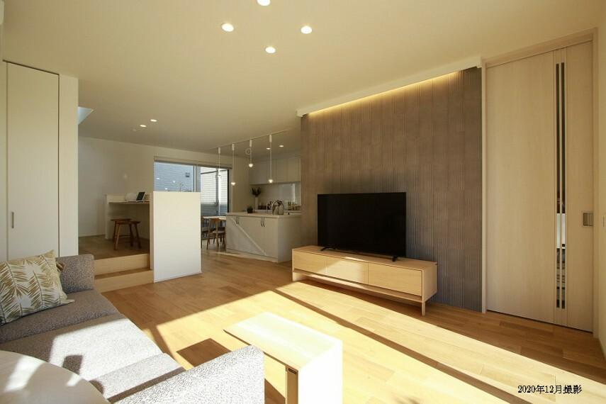 居間・リビング 南北の窓からたっぷりと陽光を採りこむことができます。ステージリビングのスタディコーナーは、在宅ワークスペースとしても使えて便利です。