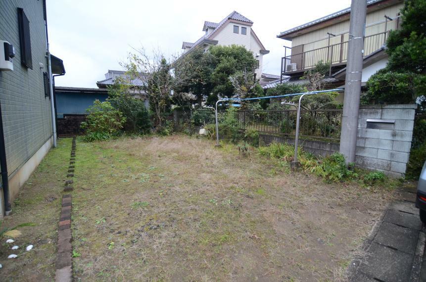 庭 南側に買い増しした 駐車場兼用の菜園スペース