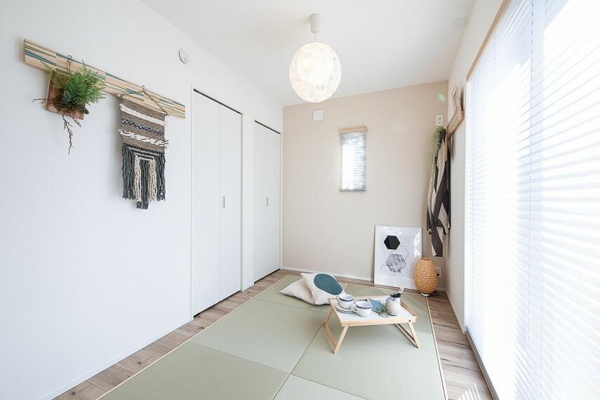 【和の趣が生み出すくつろぎの空間】  色あせしにくく、丈夫な畳を使用したモダン和室。公園でアクティブなひと時を過ごした後のひと休みなど、天然い草の風合いが、ゆったりとしたくつろぎ感を添えてくれます。/12号棟モデルハウス(2020年11月撮影)