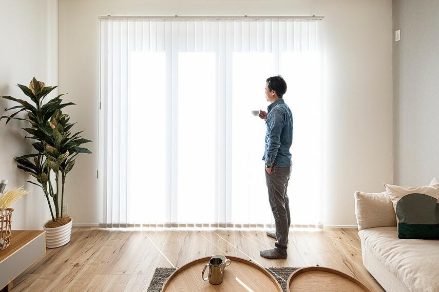 居間・リビング 【室内に採光を確保】  リビングの掃き出し窓は2.4mの高さを確保したワイドサッシを採用。リビングに陽光をしっかりと採り込みます。広い開口で庭とのつながりも感じられます。/12号棟モデルハウス(2020年11月撮影)