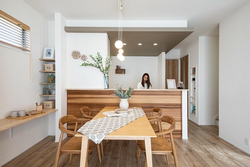キッチン 【デザイン性の高い木の壁材】  木特有の色の濃淡が空間に個性豊かな表情を作り出す、朝日ウッドテックの「thewall」をキッチンの前面に贅沢に施工。触って撫でて、家にいながら木のぬくもりを全身で感じることができます。/12号棟モデルハウス(2020年11月撮影)