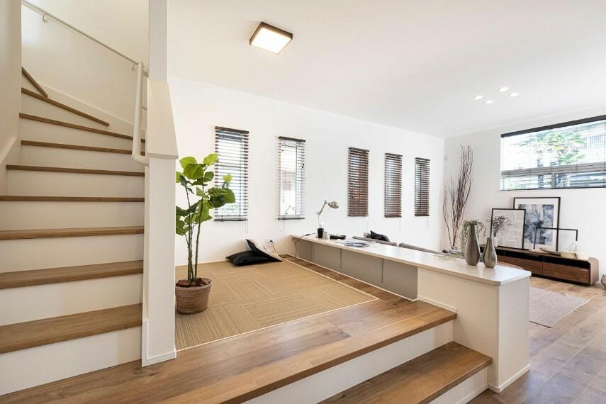 居間・リビング 【リビング階段】  ステージリビングの隣に階段を配置し、帰宅時に必ずリビングを通る設計に。お子様が成長してもコミュニケーションを取りやすく、家族の絆が育めます。/モデルハウス(2020年11月撮影)