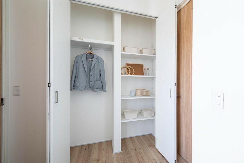 収納 【玄関ホール収納】  上着や帽子など、外出に必要なものを収納しておけるスペース。家族のお出かけがスムーズになります。来客時のコート掛けにも便利です。/モデルハウス(2020年11月撮影)