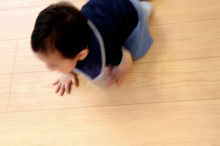冷暖房・空調設備 【床暖房】  乾燥しにくく、埃を舞い上げない床暖房は、子どもやお年寄りにも優しい設備です。素足に心地よく、寝転がってくつろぐのにも最適です。