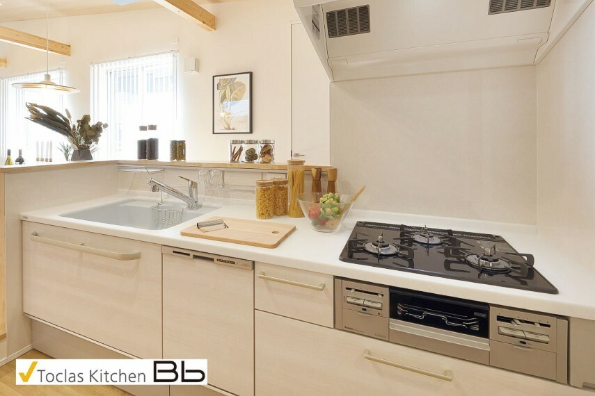【トクラスBbのキッチン】  デザインの美しさと機能性、ふたつの面を追求したトクラスキッチン。開放的でのびのびとした使い心地に、水栓から収納、お手入れのしやすさに至るまできめ細やかな配慮が感じられます。