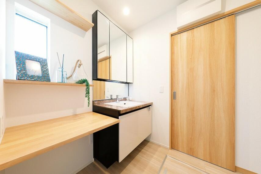 洗面化粧台/LIXIL「プレミアムドレッサー」W:900mmタイプ  ゆとりある洗面スペースとスタイリッシュなデザインが魅力的な洗面化粧台。