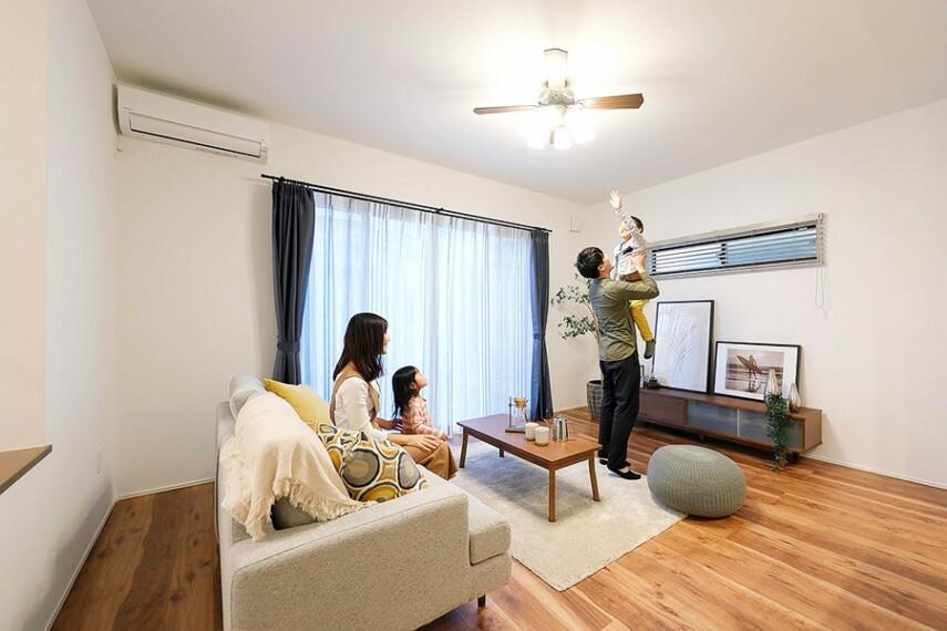 ハイシーリング&ハイサッシ  天井高2.7mとサッシ高2.2mで、リビング空間の縦の開放感を演出します。明るさと開放感で家族が集まるリビングをより快適に演出します。