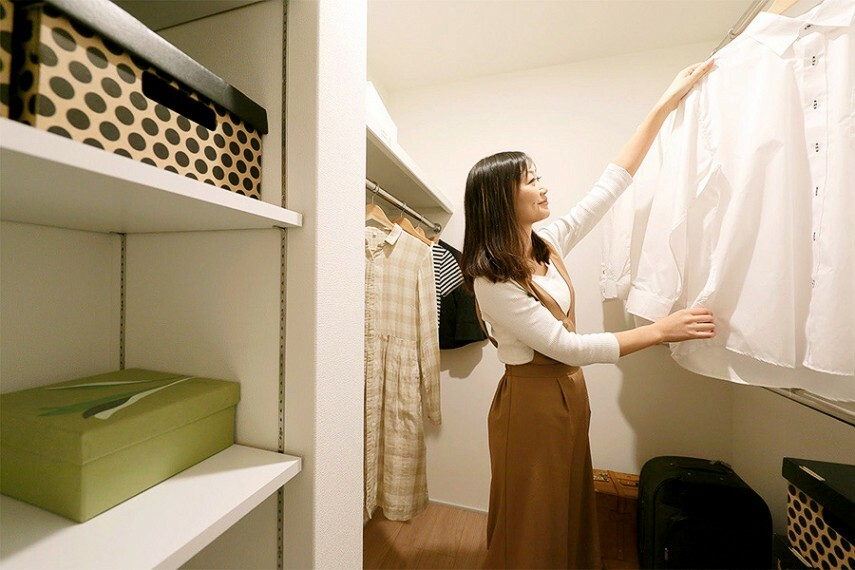 ウォークインクローゼット  大容量の収納スペースは、衣類の他にも、場所をとるカバンや帽子、散らかりがちな小物類もすっきり整理できます。