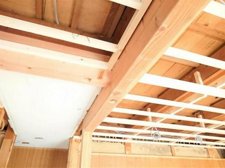 居間・リビング 【リフォーム中】LDK拡張により、柱と壁を取り除いた分、新たに梁補強を行っております。
