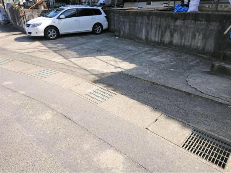 現況写真 【リフォーム後】駐車場の写真です。L字型に2台分の駐車スペースがあります。