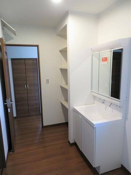 洗面化粧台 洗面室はゆったりとしているので、着替えも楽々。
