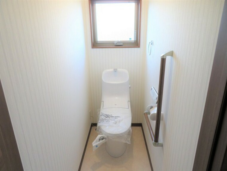 トイレ 手摺付なので足腰の弱い方も安心なトイレ。