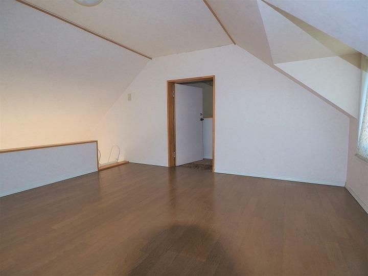 収納 ロフト12帖 扉で屋根裏収納と繋がっています