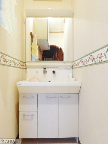 洗面化粧台 三面鏡洗面台。便利な収納でタオルや小物がスッキリ。