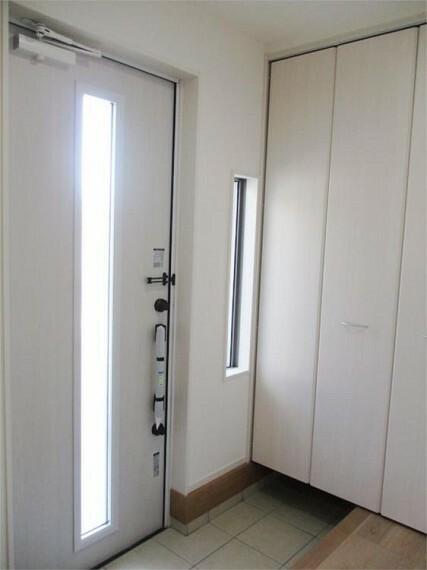 同仕様写真(内観) 日差しが柔らかく差し込む明るい玄関!