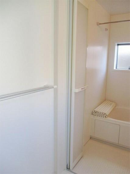 同仕様写真(内観) 浴室は折れ戸&バスタオルハンガーで便利に!