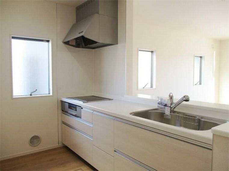 同仕様写真(内観) IHクッキングヒーター&浄水器一体型対面キッチン