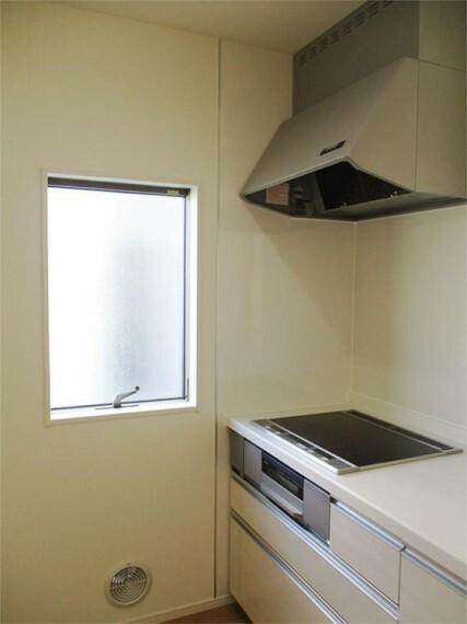 同仕様写真(内観) キッチン横の窓から柔らかな日差しが!空気もきれいで爽やか!