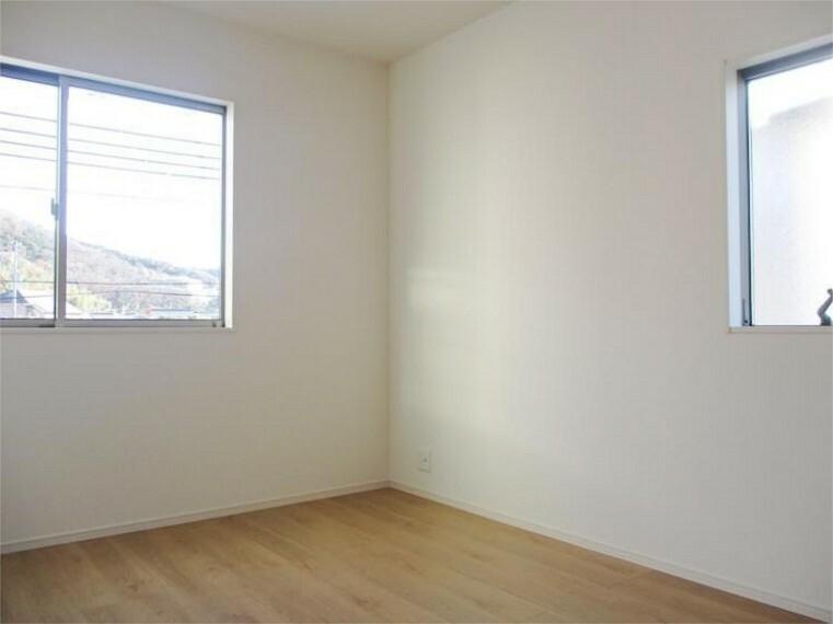同仕様写真(内観) 居室1、6帖+2面窓の明るさは家族の元気のエッセンス!