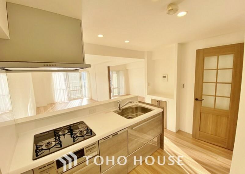 キッチン 「設備充実・キッチン」料理が効率的に捗る「3口コンロ」、家事時短に最適な「食洗器」、お手入れのしやすい「レンジフード」を完備したキッチンです。
