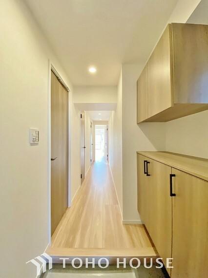 玄関 明るく広々とした玄関は開放感があり温かみを感じさせてくれます。シューズボックスも備えつけられていて靴はもちろん掃除道具なども収可能です。