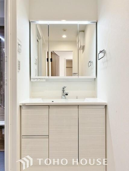 洗面化粧台 「リフォーム済・洗面台」すっきりとした印象にリフォーム済の洗面台は機能的で収納も豊富。使い勝手良く朝の忙しい支度もスムーズに過ごせます。