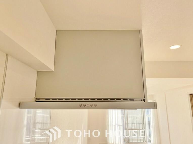 キッチン 換気扇がフードで覆われていることにより、調理時に出る蒸気や匂いが換気扇に誘導されやすくなり、効率的に排煙ができる仕組みになっています。