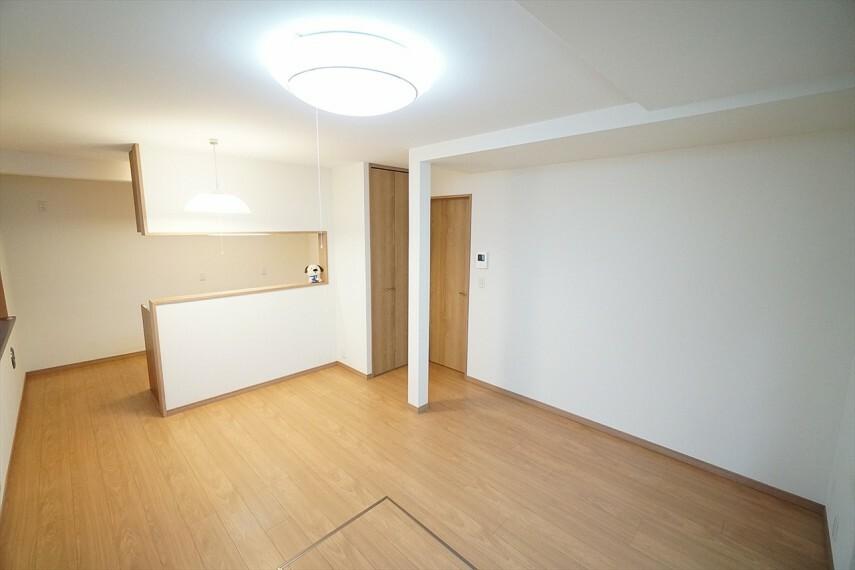 居間・リビング 広々としたリビングが魅力的  家族とのコミュニケーションが自然と弾むような仕様は、 住む人に笑顔をという思いが込められています。