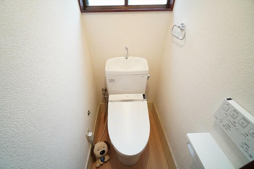 トイレ 白を基調としたシンプルながらも落ち着くデザイン。 毎日に欠かせないお手洗いだからこそ、 ほっと落ち着く空間としての機能を重視しています