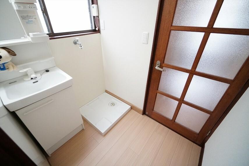 洗面化粧台 通気性もよく、洗濯機置場も完備し、 家事の動線も配慮されたデザインになっております!
