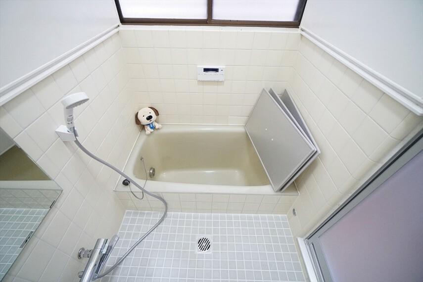 浴室 白を基調としたシンプルながらも清潔感溢れるデザインです! 毎日のバスタイムを癒しの時間に  一日の疲れを取るために 一番落ち着けるような場所でありたい という思いが込められているデザインです
