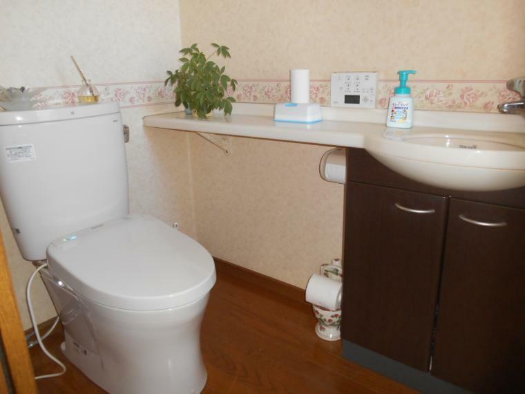 トイレ 温水洗浄便座、1階と2階にあります。