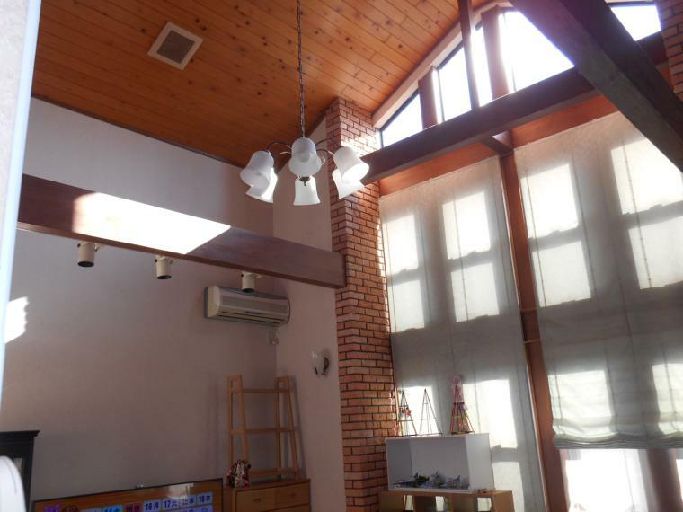 リビングダイニング 吹抜で明るく開放的なリビングは約22帖あり、床暖房も付いています。