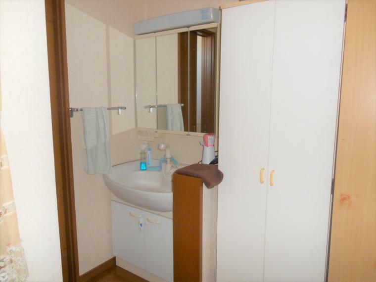 洗面化粧台 2階にも洗面化粧台があり便利です。