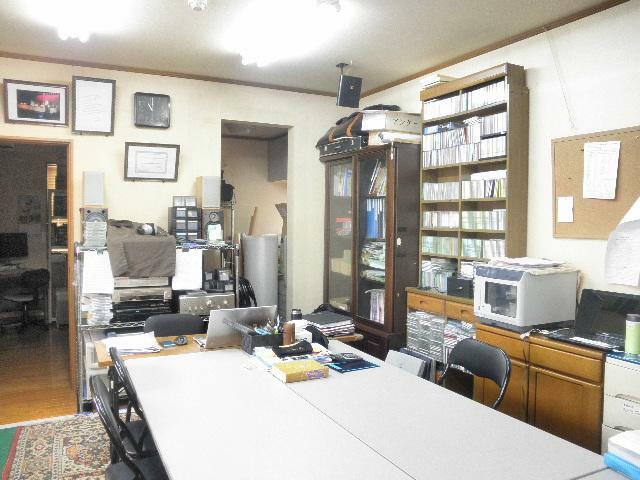 事務所スペースの奥には洋室と給湯スペースあります