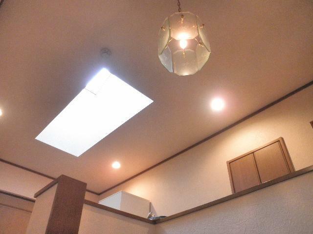 2階の踊り場に天窓があります