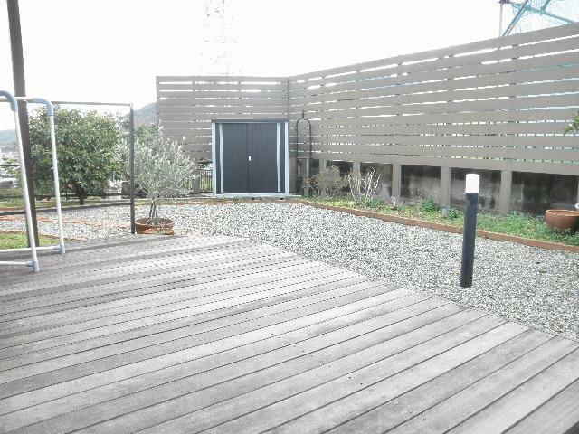 庭 広いウッドデッキ リビング側