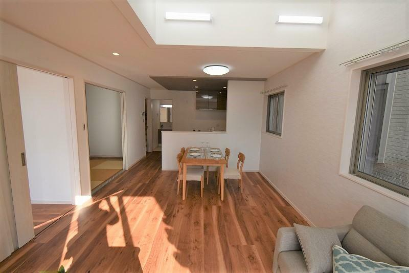 リビングダイニング 対面式キッチンを配したリビング。上部吹き抜けのある開放感のある空間です