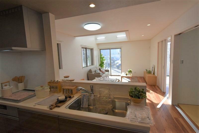 キッチン IHクッキングヒーターは火を使わないため、ガスコンロに比べて安全で、フラットな表面なのでお掃除が楽です