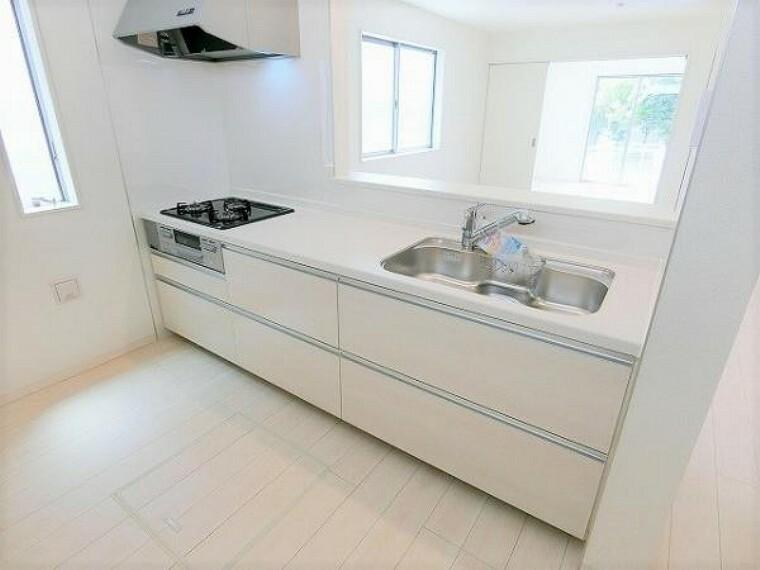 同仕様写真(内観) \同仕様写真/高性能でお手入れ簡単仕様のキッチンです!使い勝手にこだわった収納スペースが沢山あり作業スペースが広々使えます!
