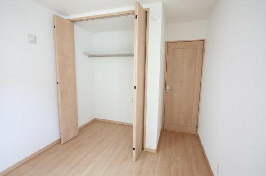 同仕様写真(内観) \同仕様写真/各居室に収納スペースがありお部屋を広くお使いいただけます