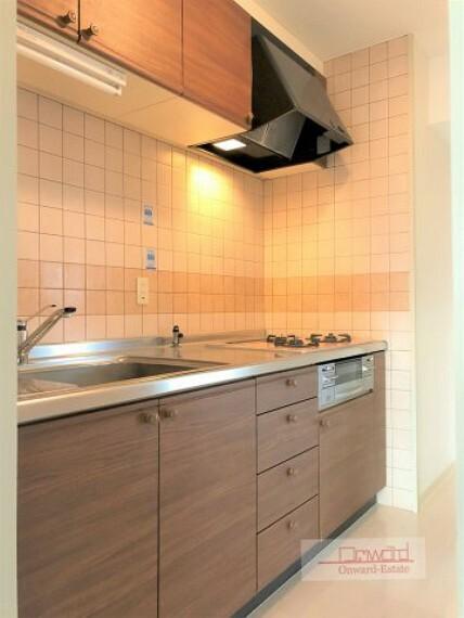 キッチン 清潔感のある綺麗なキッチン! 収納豊富で便利!