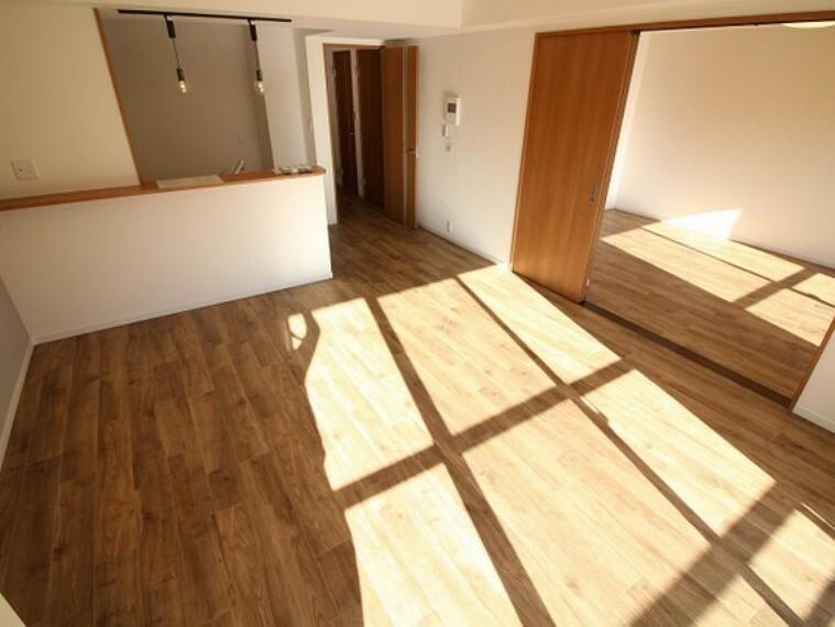 居間・リビング 室内は、新規リニューアル済の住空間となっております!是非、一度ご覧ください!