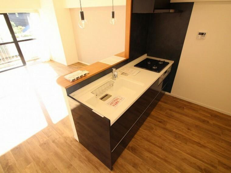 キッチン 美しさと機能性に定評のある対面キッチンを採用しました。高級感ある人造大理石カウンター、排水一体型人造大理石シンク、3口コンロ、浄水器内蔵シャワー混合栓を完備。