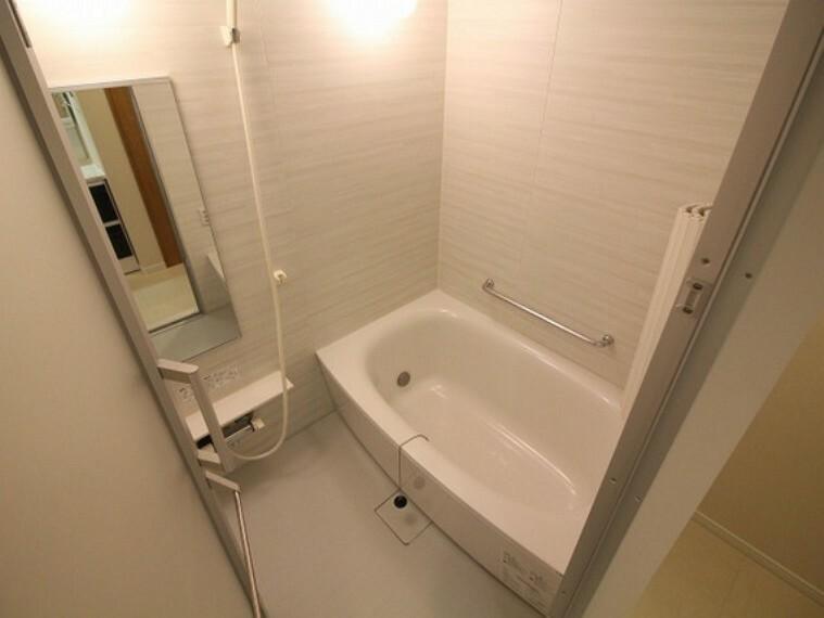 浴室 汚れをはじく有機ガラス系の新素材を採用し、ワンタッチでゴミを捨てられる機能も付いた最新のバスユニットを導入致しました。